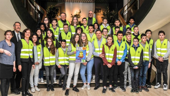 Yellow-vests-for-college-students